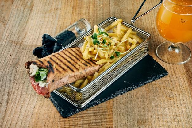 Smakelijke shaurma of shawerma met vlees, tomaat, kool. kippen vlees. kebab op houten dienblad. close-up, selectieve aandacht