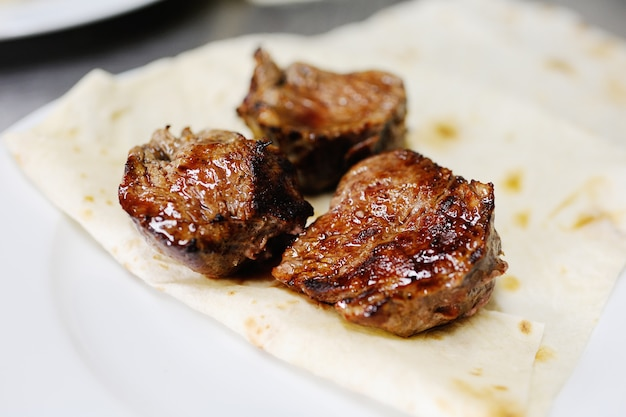 Smakelijke shish kebab op pitabroodje