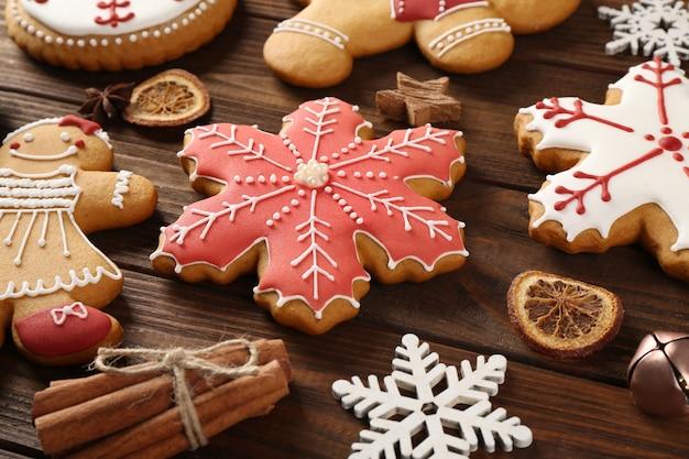 Smakelijke smakelijke kerstkoekjes op houten oppervlak