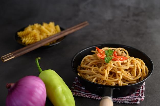 Smakelijke spaghetti italiaanse pasta met tomatensaus