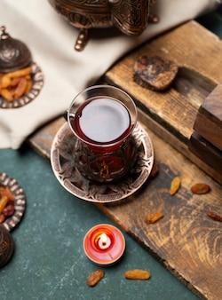 Smakelijke thee en snack met houten achtergrond