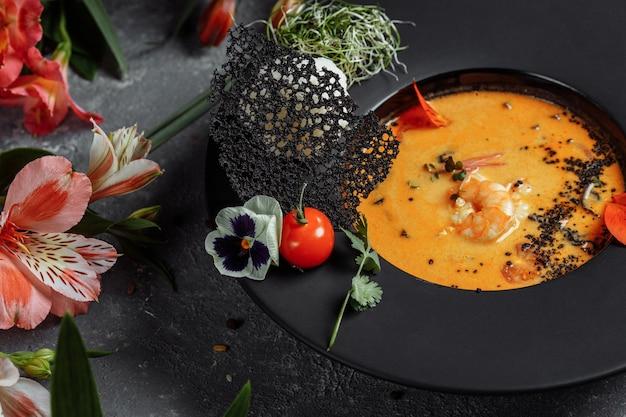 Smakelijke tom yum-soep met garnalen en kokosmelk.