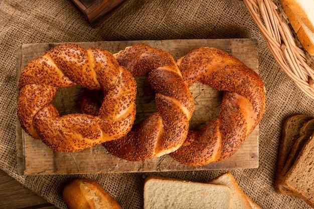 Smakelijke turkse bagels op keuken bord