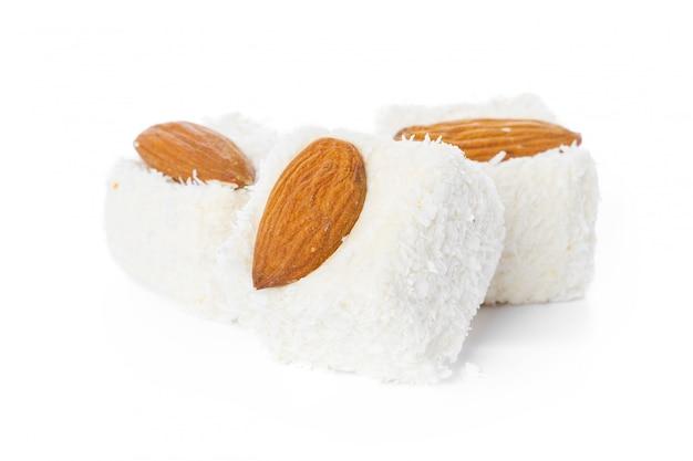 Smakelijke turkse verrukking die op wit wordt geïsoleerd