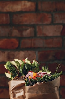 Smakelijke veganistische sandwich over houten tafel