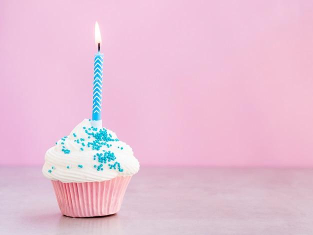 Smakelijke verjaardagsmuffin met blauwe kaars