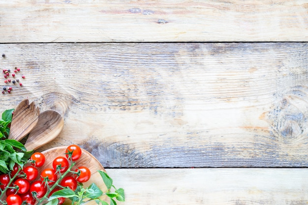 Smakelijke verse groenten voor het koken op een rustieke ondergrond