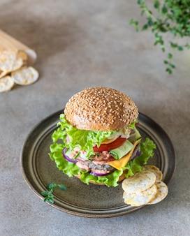 Smakelijke verse zelfgemaakte rundvleesburger met kaassalade en groenten, fastfood en junkfoodconcept