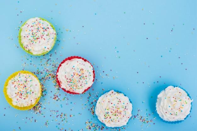 Smakelijke versierde cakes op blauwe achtergrond