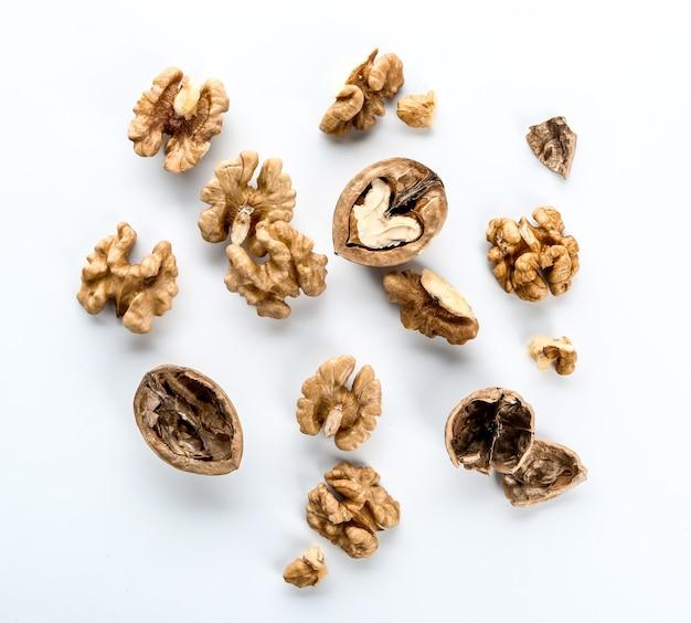 Smakelijke walnoten op een witte ondergrond