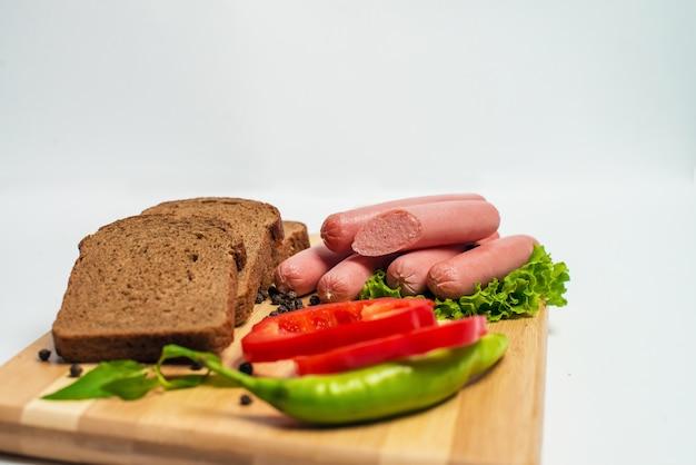 Smakelijke worst en brood met sla en tomaat