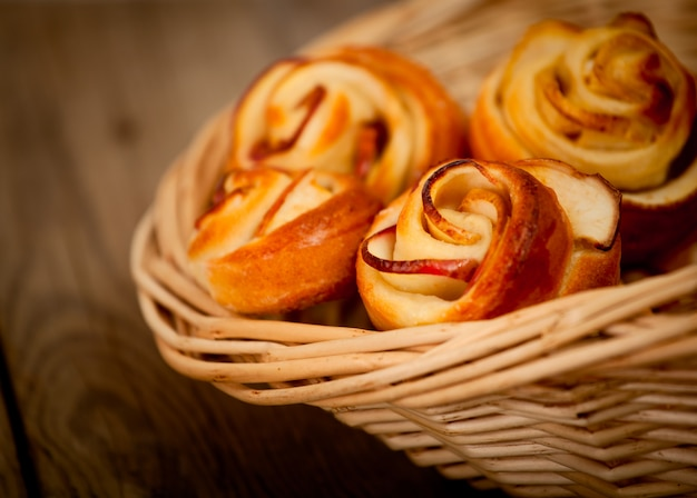 Smakelijke zelfgemaakte appeltaarten op houten achtergrond