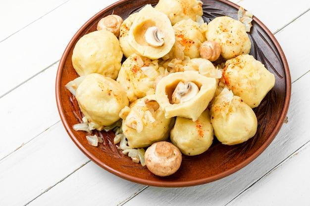 Smakelijke zelfgemaakte dumplings met champignon vulling op witte achtergrond