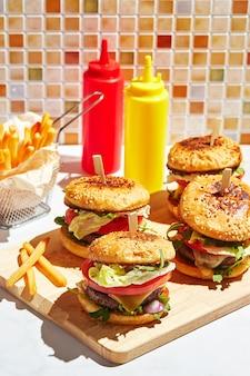 Smakelijke zelfgemaakte hamburgers op houten snijplank