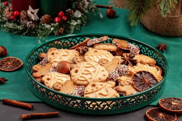 Smakelijke zelfgemaakte kerstkoekjes in de groene plaat.