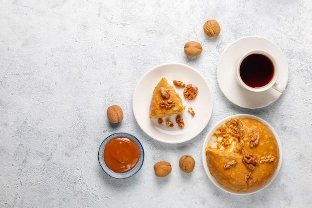 Smakelijke zelfgemaakte sovjet traditionele anthill cake met walnoot, gecondenseerde melk en koekjes