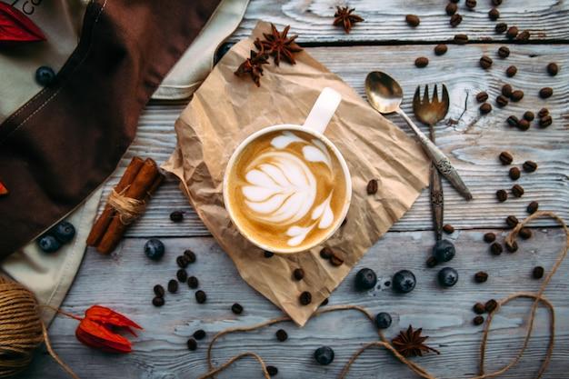 Smakelijke zoet gedecoreerde koffie met melk