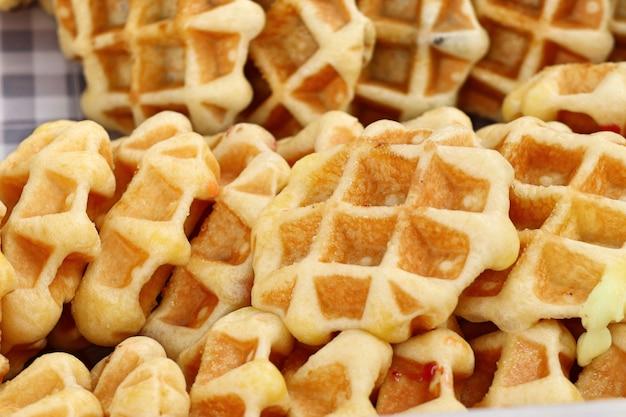 Smakelijke zoete wafel in straatvoedsel