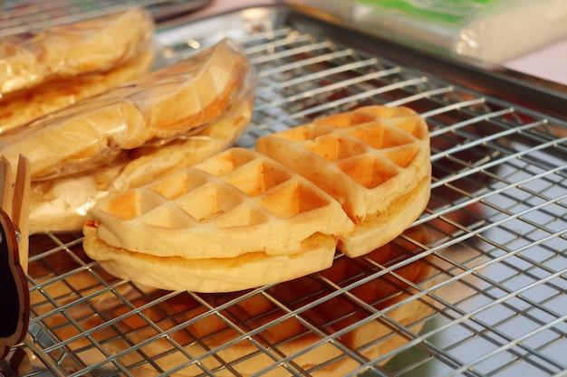 Smakelijke zoete wafels in straatvoedsel