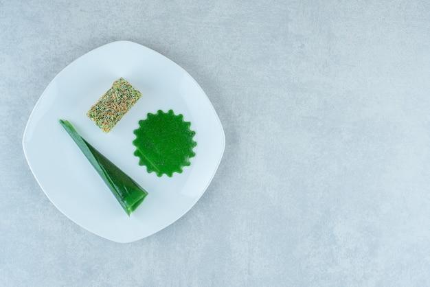 Smakelijke zure kersenpruim snack en lokum op de plaat, op de marmeren achtergrond. hoge kwaliteit foto