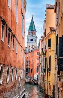Smal kanaal in venetië en st. marcus klokkentoren op de achtergrond