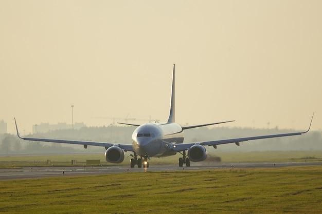Smal lichaam vliegtuig na het landen taxiën op de landingsbaan in de zomer, kopieer ruimte