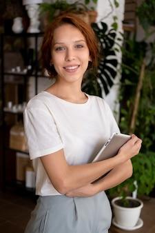 Small business manager in haar werkplaats