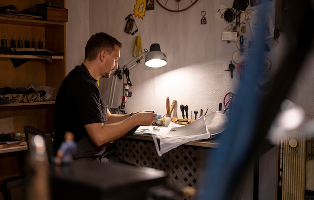 Small business manager in zijn werkplaats