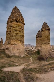 Small valley of love in de buurt van de stad goreme, cappadocië, turkije