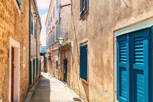 Smalle adriatische straat in de oude binnenstad van herceg novi, montenegro.
