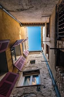 Smalle binnenplaats in een oud frans huis