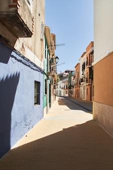 Smalle spaanse straat in de oude stad van denia