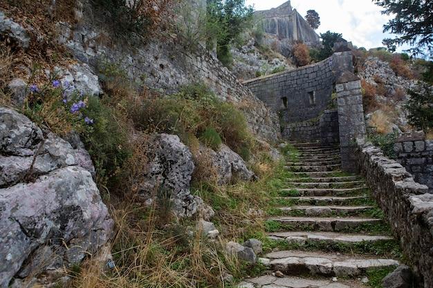 Smalle stenen weg naar de vestingmuur van kotor montenegro