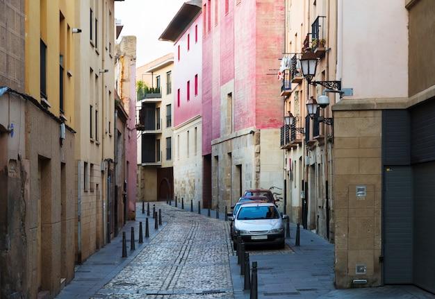 Smalle straat in de spaanse stad. logrono