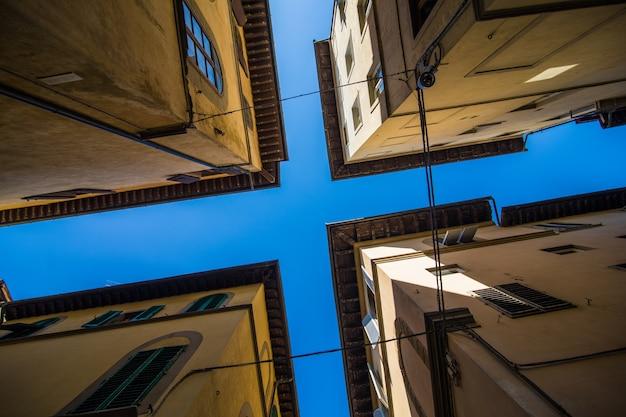 Smalle straat in florence, toscane, italië. architectuur en oriëntatiepunt van florence. gezellig stadsgezicht van florence
