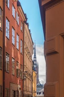 Smalle straat in gamla stan, oude stad in stockholm, zweden
