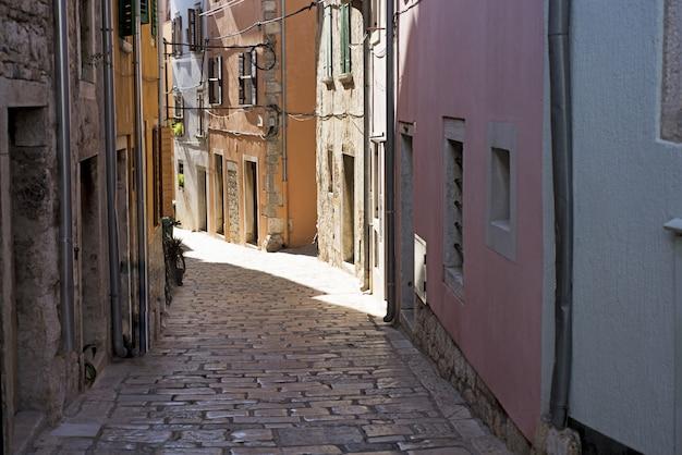 Smalle straat in kroatische stad