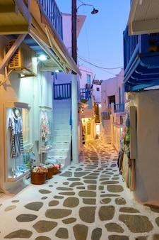 Smalle straat in mykonos-stad in de avond, griekenland