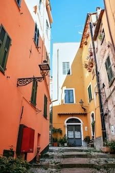 Smalle straat in sanremo, italië