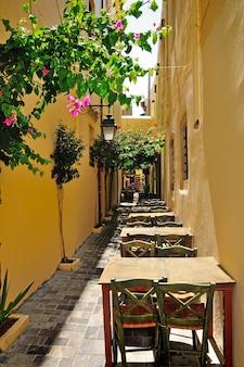 Smalle straat in stad van rethymno, kreta, griekenland