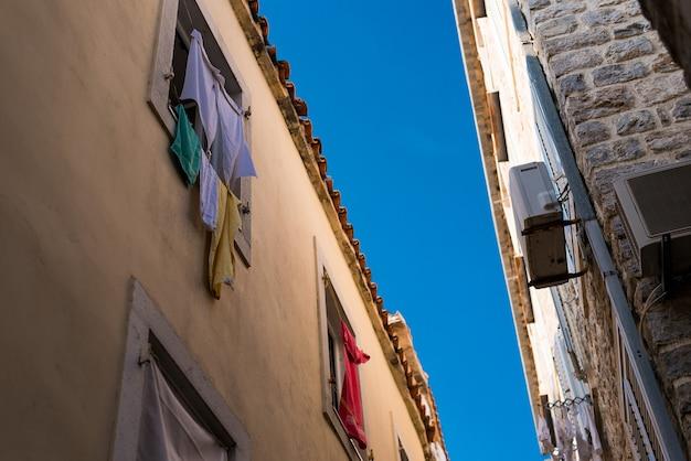 Smalle straat met ramen waar kleding wordt gedroogd