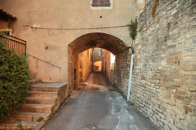Smalle straat met stenen bestrating van het oude centrum van barjac