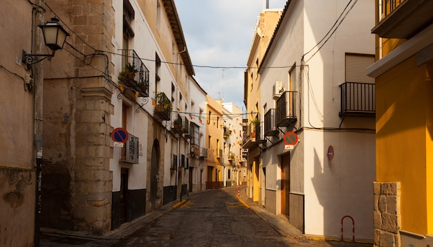 Smalle straat van de spaanse stad. sagunto