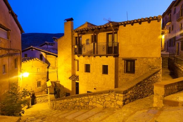Smalle straat van oud spaans dorp in de zomernacht