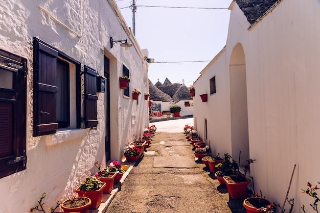 Smalle straatjes tussen de trulli van alberobello, in zuid-italië