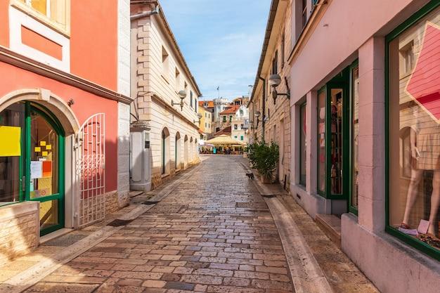 Smalle traditionele europese straat nabij het centrumplein, de klokkentoren en de oude stadspoort van herceg novi, montenegro.