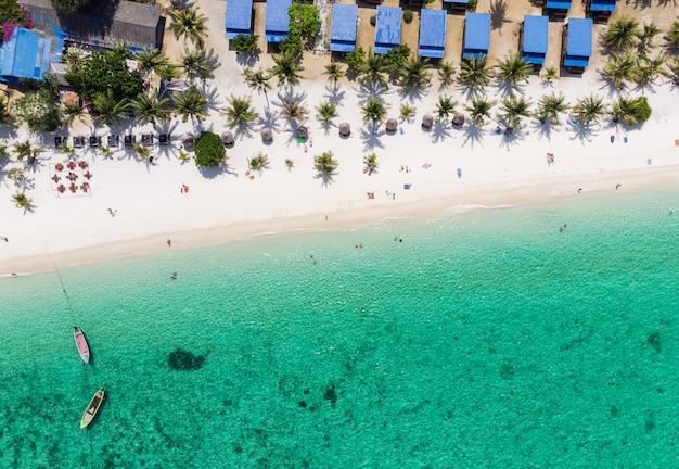 Smaragdgroene zee en het strand op lipe-eiland