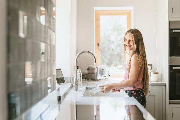 Smart home hub-tablet bij gootsteen