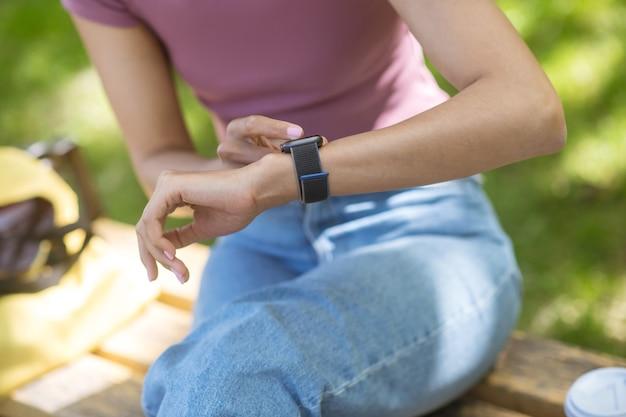 Smart horloge. een meisje met een smartwatch om haar pols