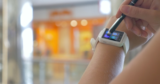 Smart horloge om de pols van de gebruiker